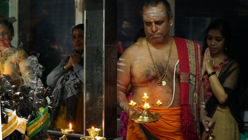 Shiva-Zeremonie: Der Priester besucht die Götter | © Vera Rüttimann