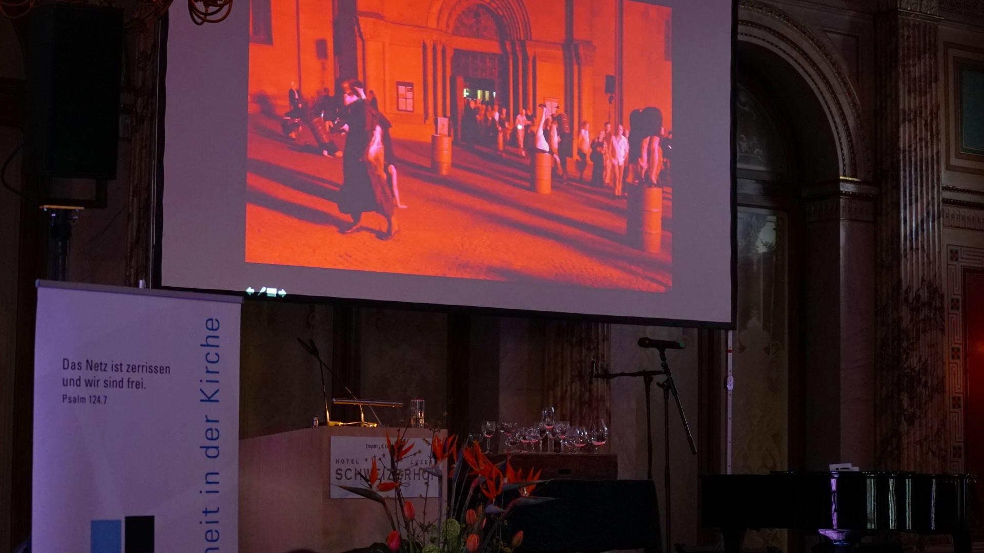 Die Akte Zwingli von Volker Hesse projiziert im Schweizerhof | © Vera Rüttimann