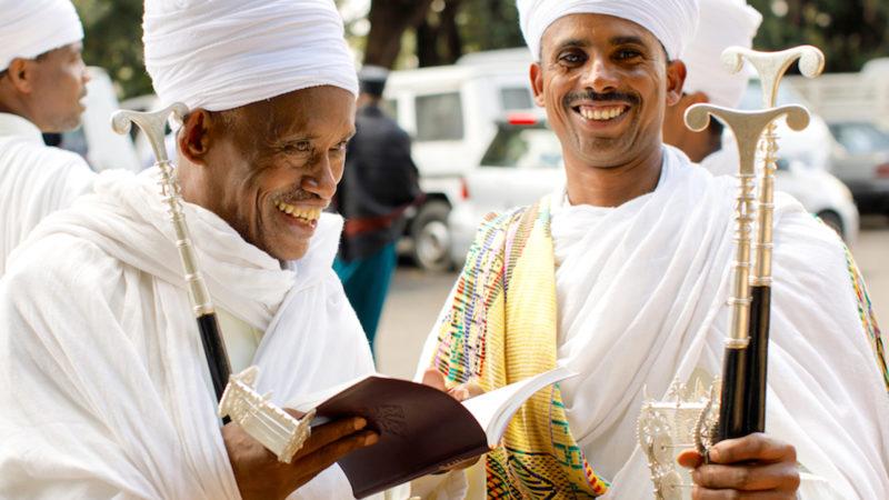 Äthiopier mit dem Neuen Testament in der Sprache Ge'ez    © Douglas M. Nottage/American Bible Society