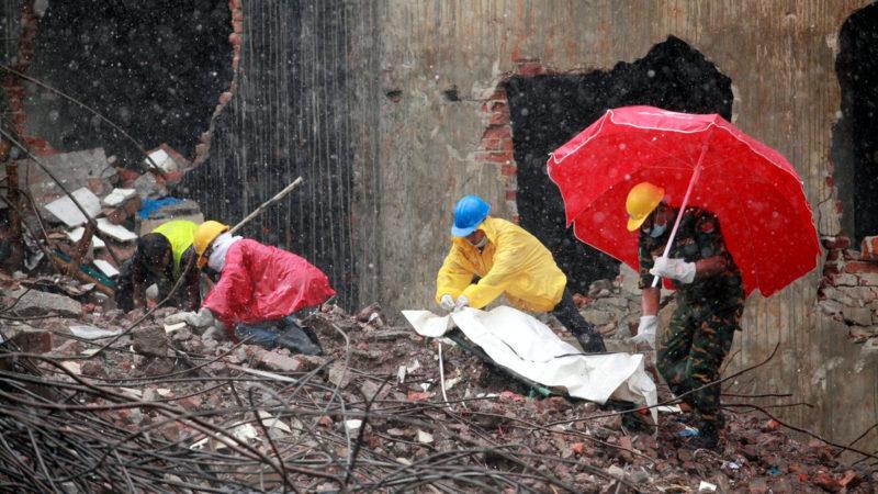 Einsatzkräfte auf den Trümmern der Fabrik Rana Plaza | ©  keystone