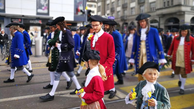 Kinder und Erwachsene marschieren am Umzug des Sechseläutens mit. | © Francesca Trento
