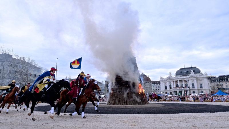 Pferde galoppieren um den brennenden Böögg. | © Oliver Sittel