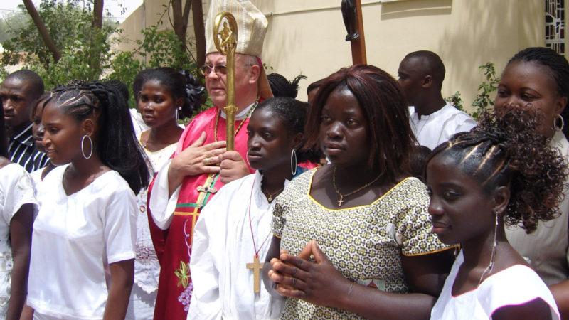 Bischof Martin Happe von Mauretanien mit Firmlingen | © zVg Kirche in Not
