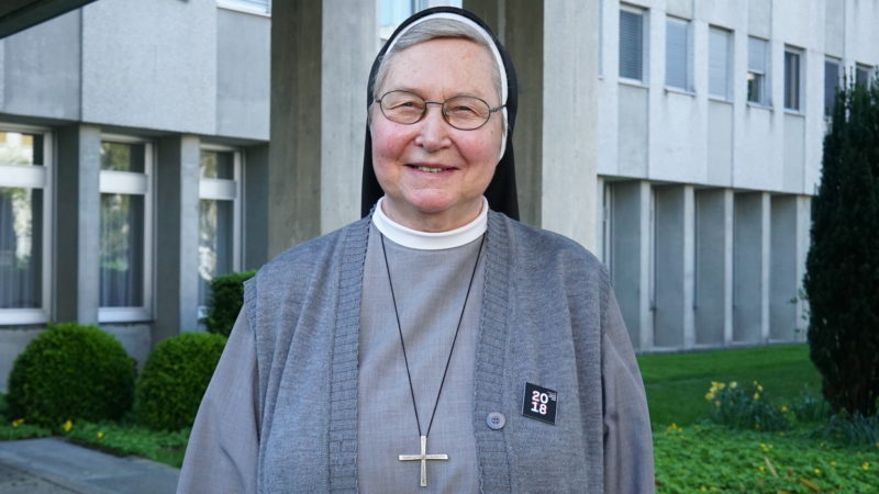 Schwester Christiane Jungo, vor dem Kloster Ingenbohl | © Vera Rüttimann