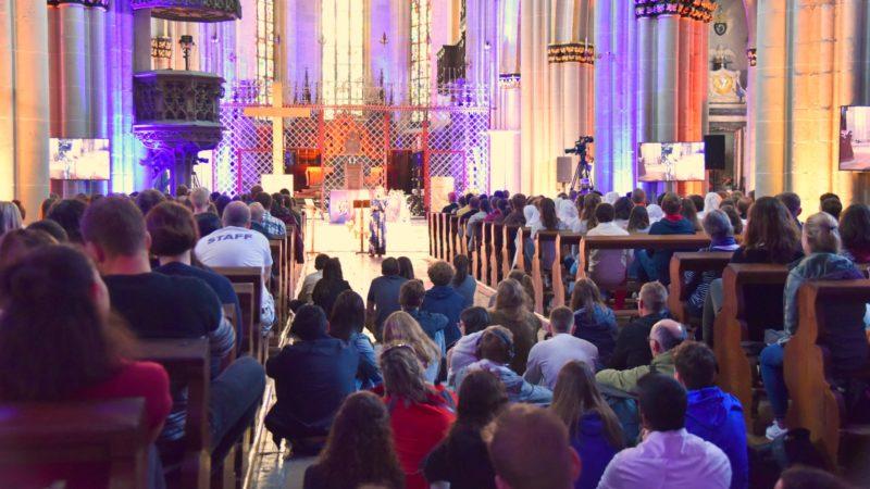 Beim Vortrag von Emily Wilson ist die Kathedrale voll. | © Raphaël Zbinden