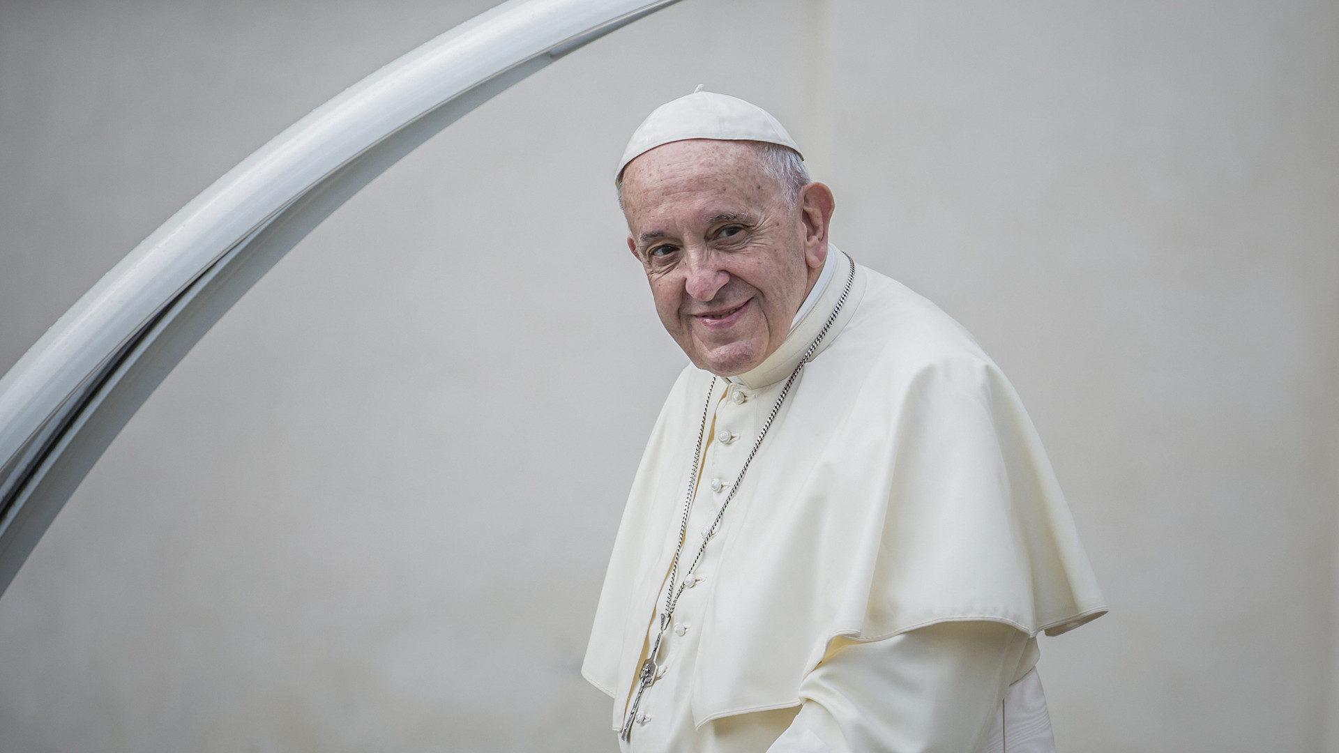Papst Franziskus im Papamobil | © kna