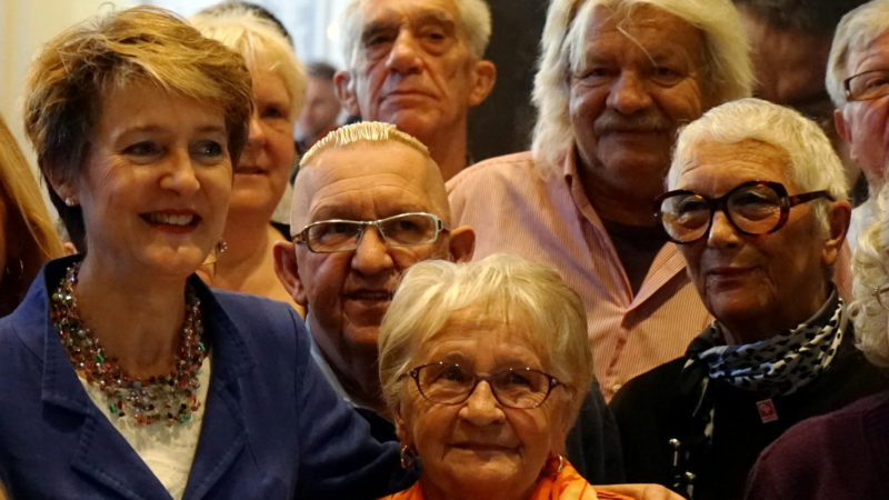 Bundesrätin Sommaruga mit ehemaligen Verdingkindern, 2016  | © Georges Scherrer