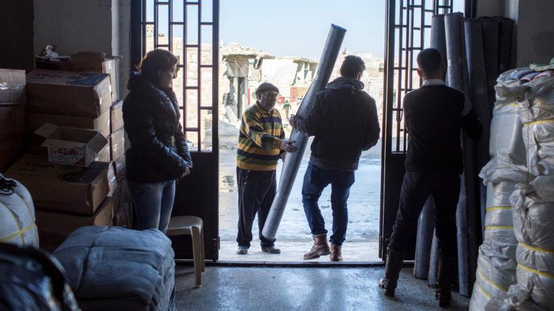 Im Verteilzentrum der Caritas im Osten von Aleppo Hilfsgüter beziehen.   © Alexandra Wey/Caritas Schweiz