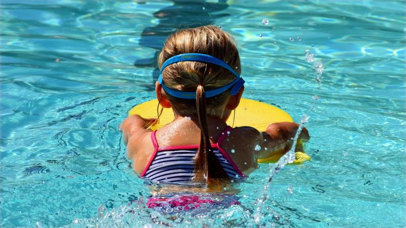 Mädchen im Schwimmbad | © pixabay leoleobobeo CC0