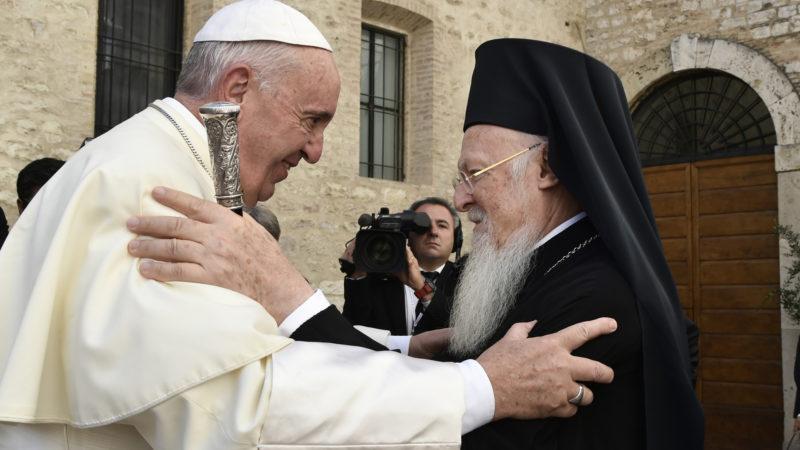 Der orthodoxe Patriarch Bartholomaios und Papst Franziskus bei einem Treffen im Jahr 2016.   © KNA