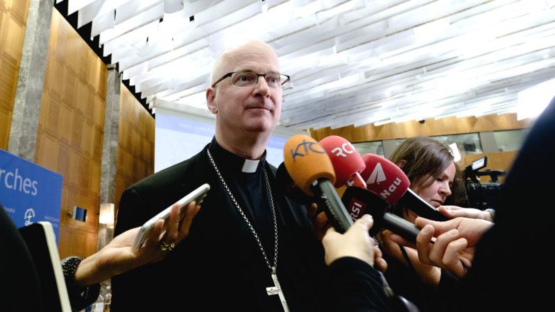 Bischof Morerod an der Medienkonferenz zum Papstbesuch| © Oliver Sittel