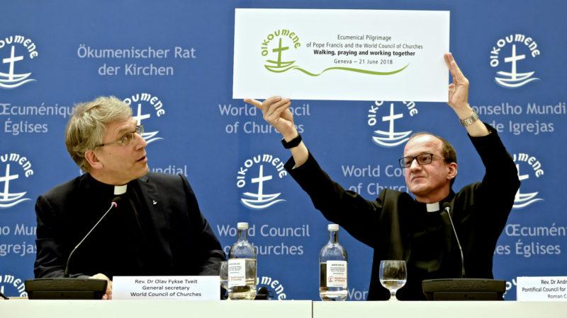 Olav Fykse Tveit und Andrzej Choromanski stellen den Slogan der Papstreise vor   © Oliver Sittel