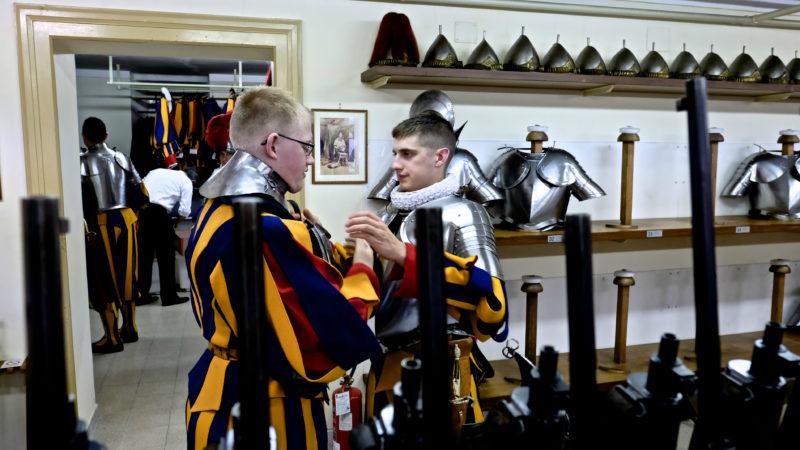 Rekruten helfen sich gegenseitig beim Einkleiden. | © Oliver Sittel