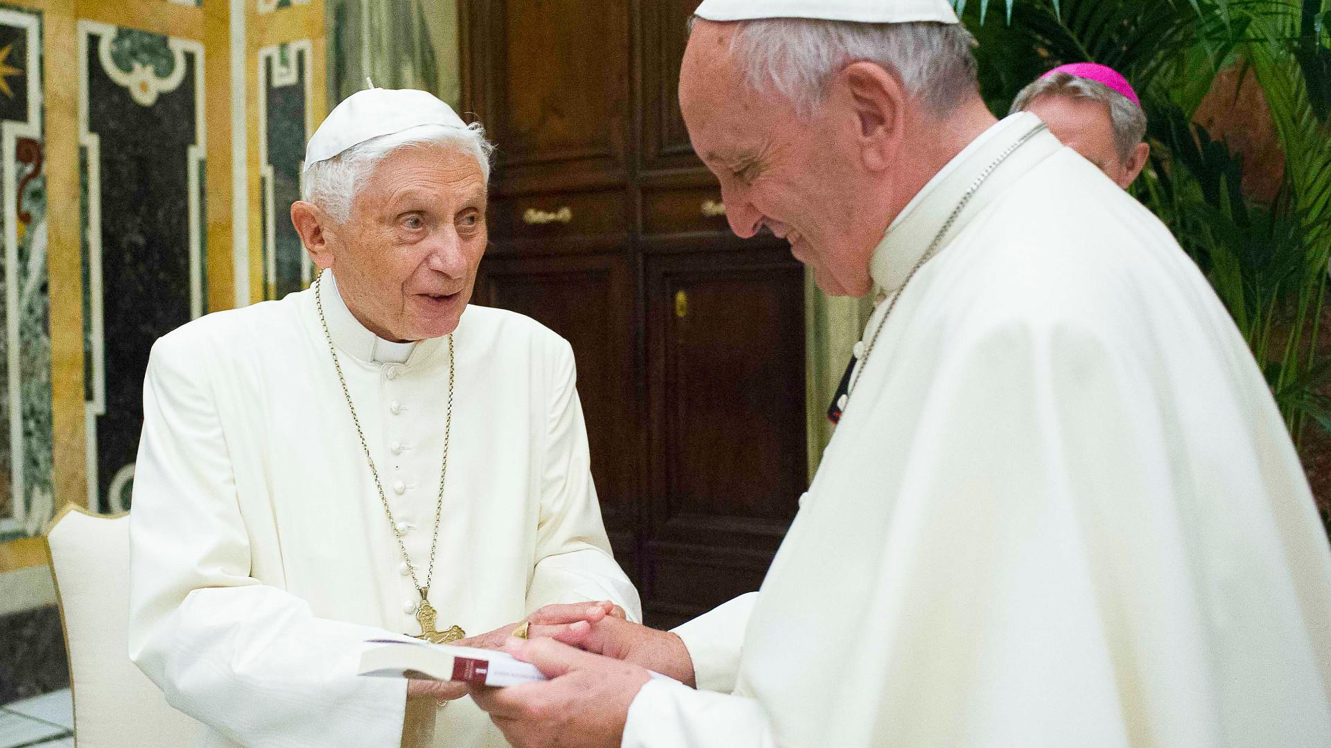 Der emeritierte Papst Benedikt XVI. und Papst Franziskus, 2016.  | © kna
