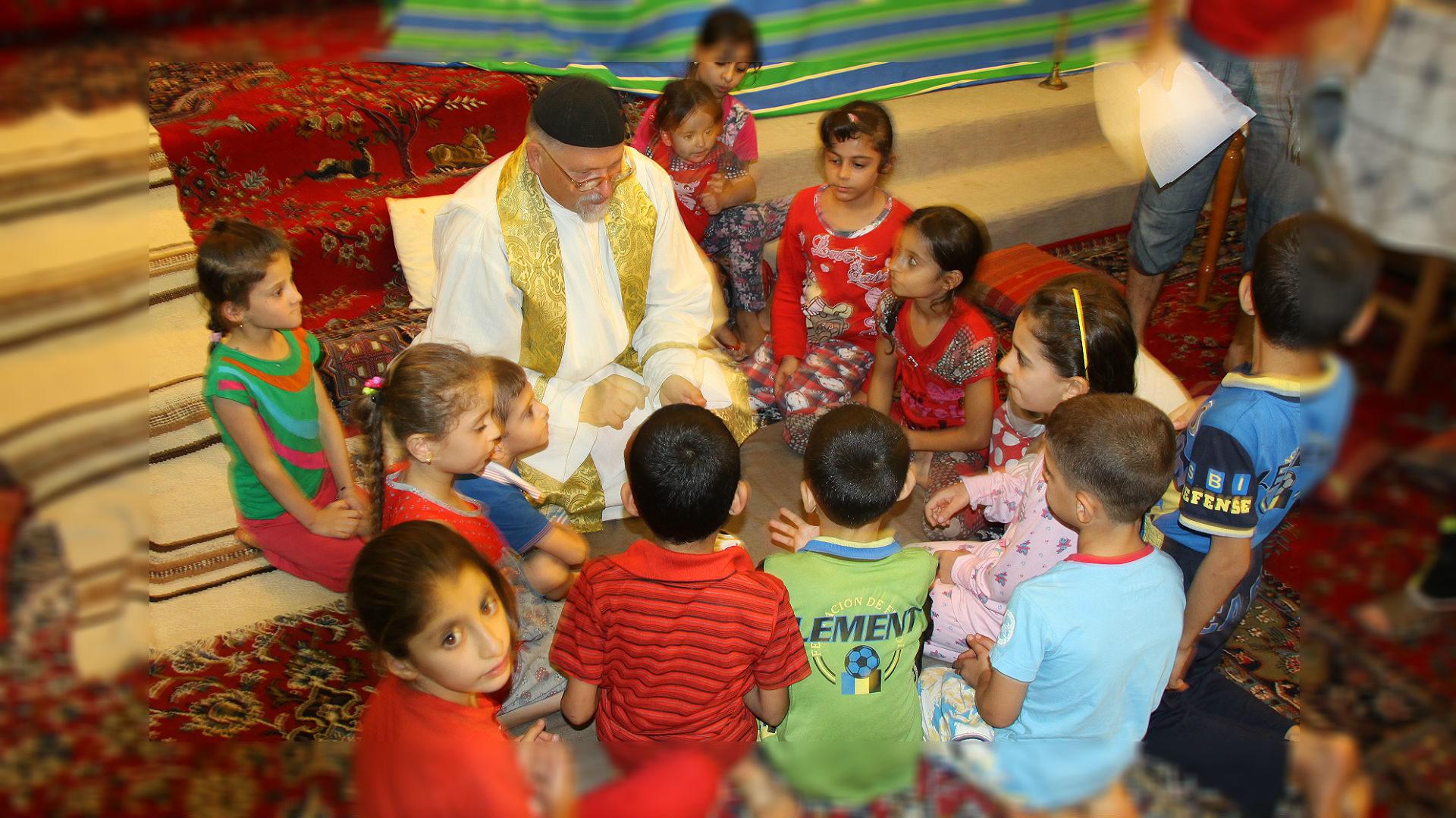 Täglich betet Pater Jens mit den Flüchtlingskindern   © zVg Kirche in Not
