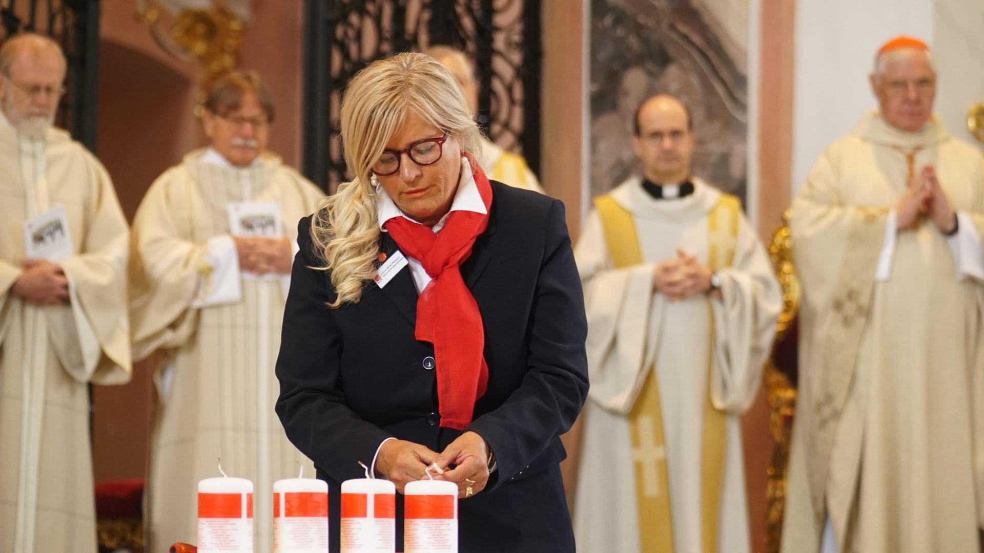 "Lucia Wicky Rensch von ""Kirche in Not"" zündet Kerzen an | © Vera Rüttimann"