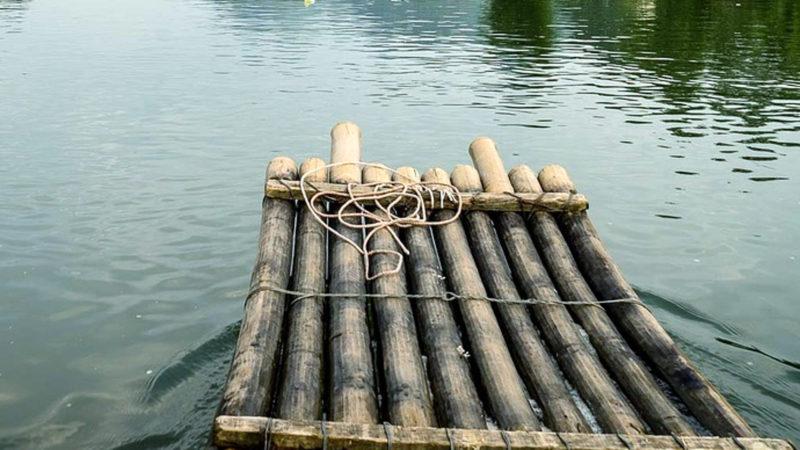 Floss auf dem Wasser | © pixabay judithscharnowski