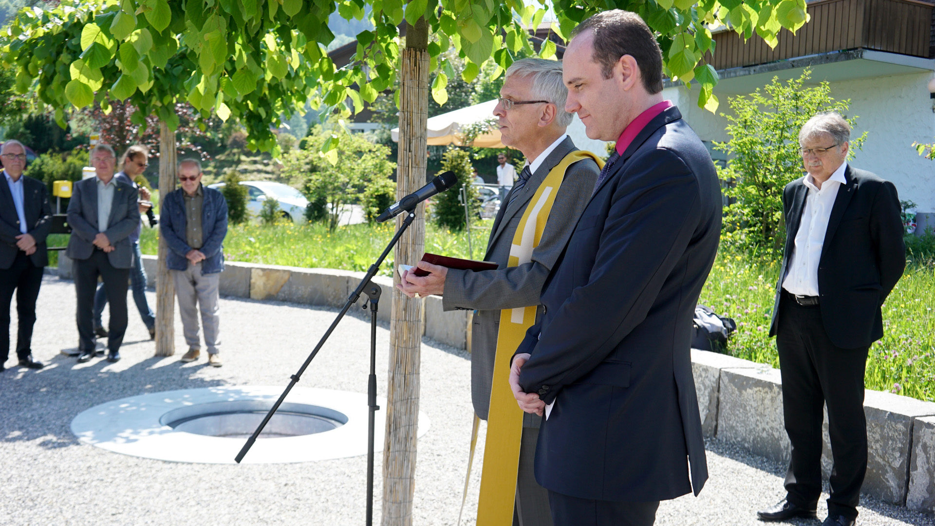 Pfarrer Daniel Durrer und Pfarrer Michael Candrian (vorne) segnen die Kugel | © Vera Rüttimann
