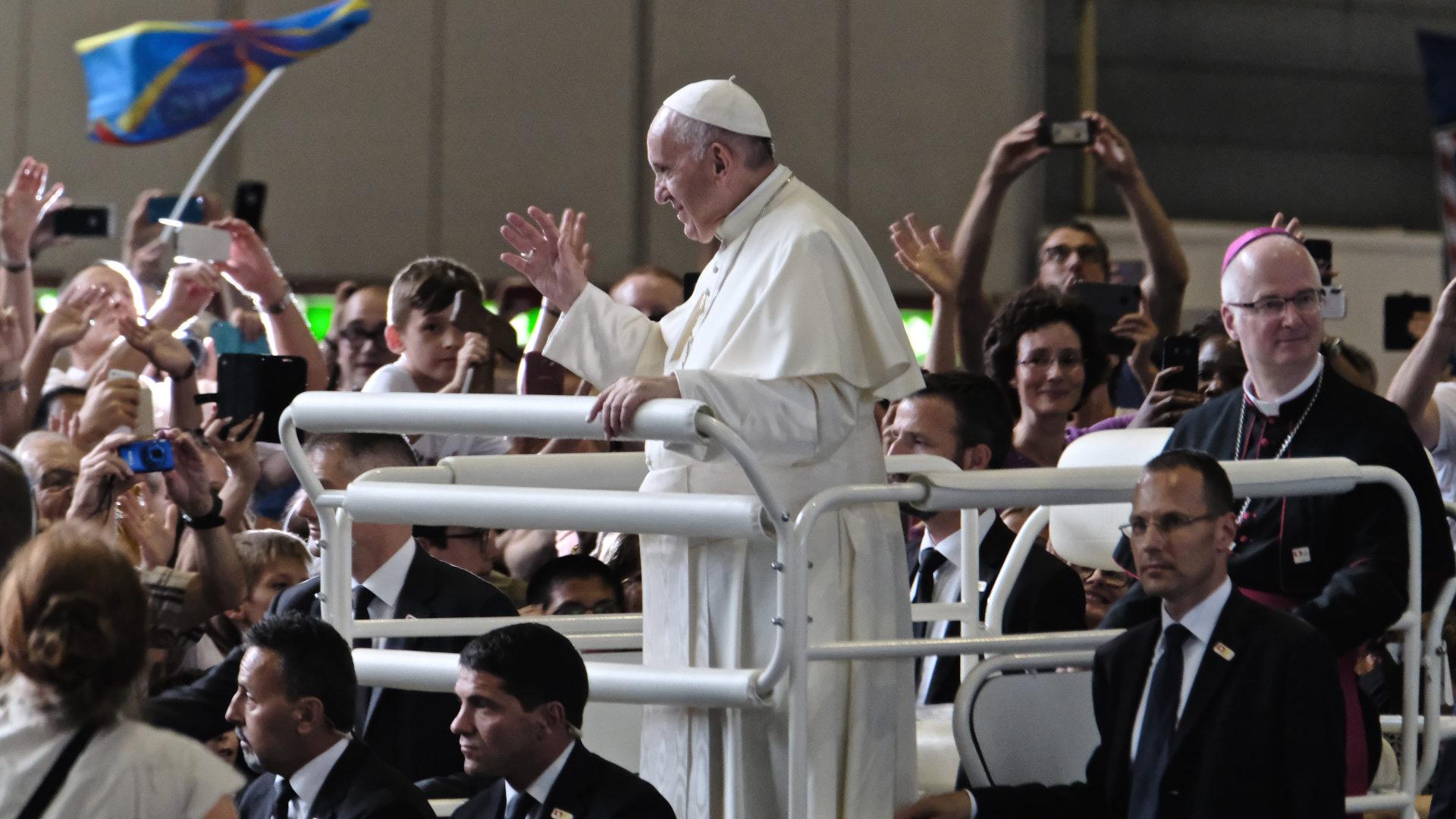 Bischof Charles Morerod fährt mit Papst Franziskus durch Palexpo-Halle | © Oliver Sittel