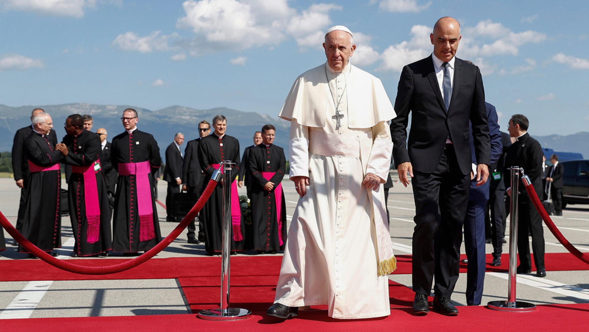 Papst Franziskus mit Bundesrat Alain Berset bei der Ankunft am Flughafen Genf | © Keystone