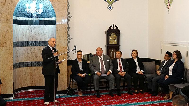Imam Mustafa Memeti begrüsst Diplomaten beim Fastenbrechen | © Georges Scherrer
