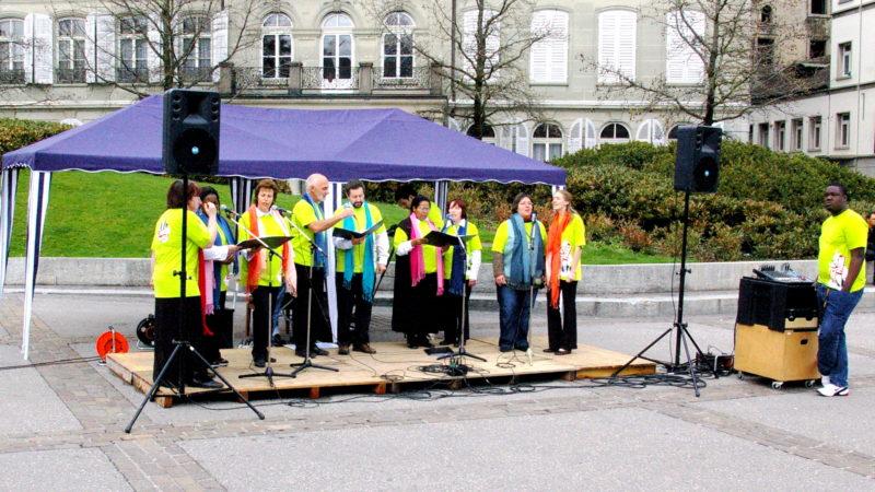 Adventisten machen in Freiburg mit Liedern auf sich aufmerksam. | © Georges Scherrer