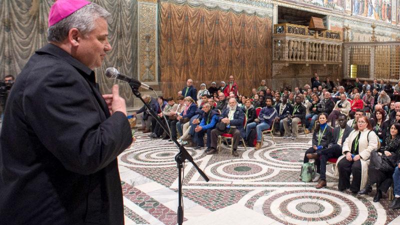Der päpstliche Almosenmeister Konrad Krajewski mit Obdachlosen in der Sixtinischen Kapelle | © KNA