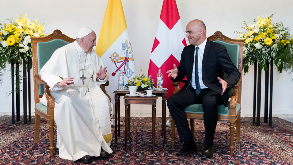 Papst Franziskus im Gespräch mit Bundespräsident Alain Berset | © Keystone