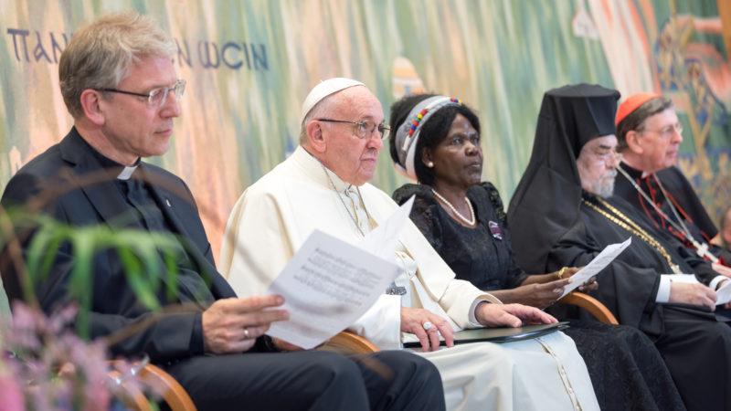 Papst Franziskus zwischen Olav Fykse Tveit (l) und Agnes Aboum | ©Albin Hillert WCC