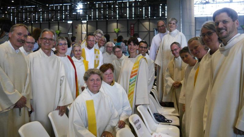 Nichtordinierte Theologinnen und Theologen sowie Generalvikar Markus Thürig (5. v. r.) an Papstmesse | © Anne Burgmer