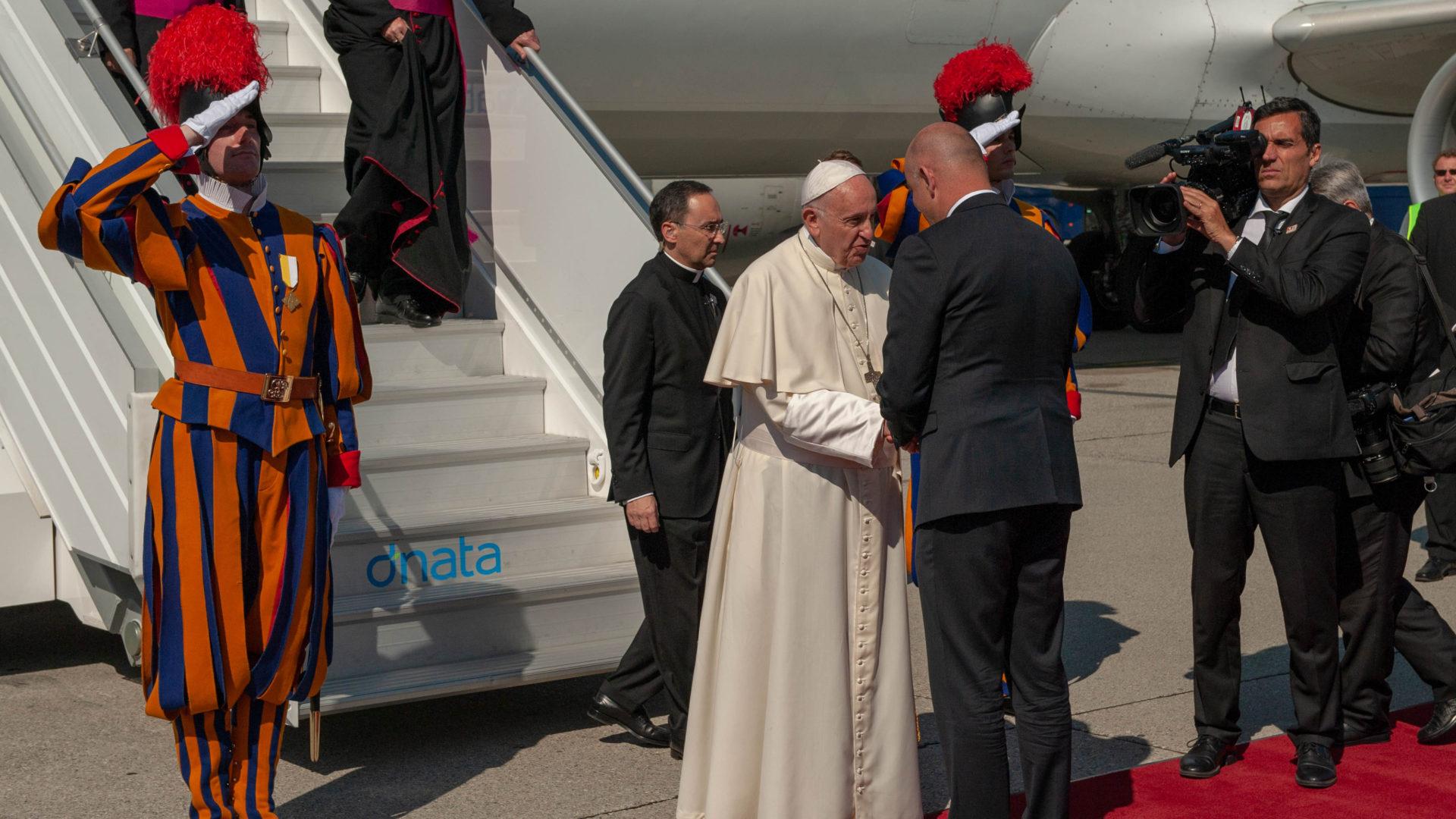Bundesrat Alain Berset (r) begrüsst Papst Franziskus am Flughafen Genf   © Joanna Lindén-Montes, WCC