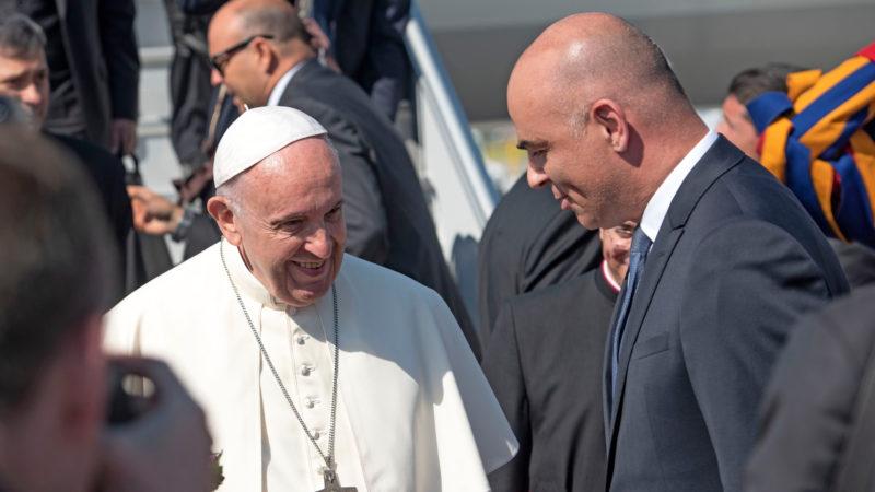 Bundesrat Alain Berset (r) begrüsst Papst Franziskus am Flughafen Genf | © Joanna Lindén-Montes, WCC