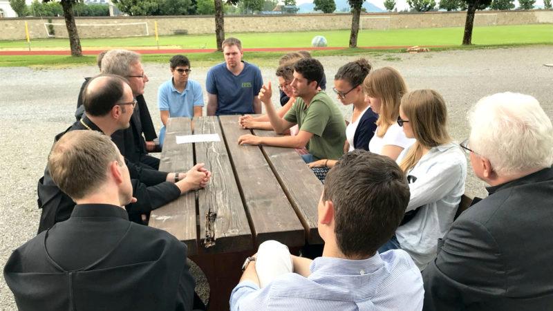 Mitglieder der Bischofskonferenz sprechen in Einsiedeln mit jungen Menschen. | © zVg