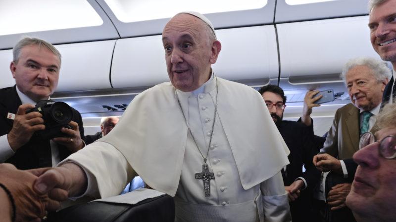 Papst Franziskus begrüsst Journalisten auf dem Flug nach Genf  | © Oliver Sittel