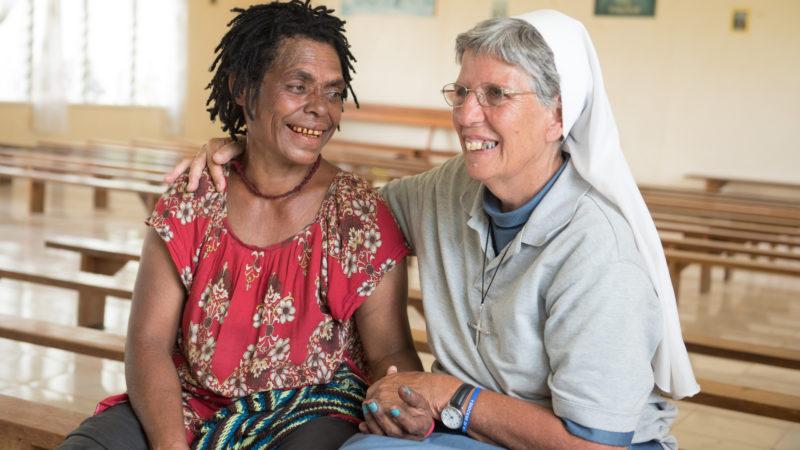 Lorena Jenal mit einer Frau, die als Hexe verfolgt wurde. | © Bettina Flitner/missio