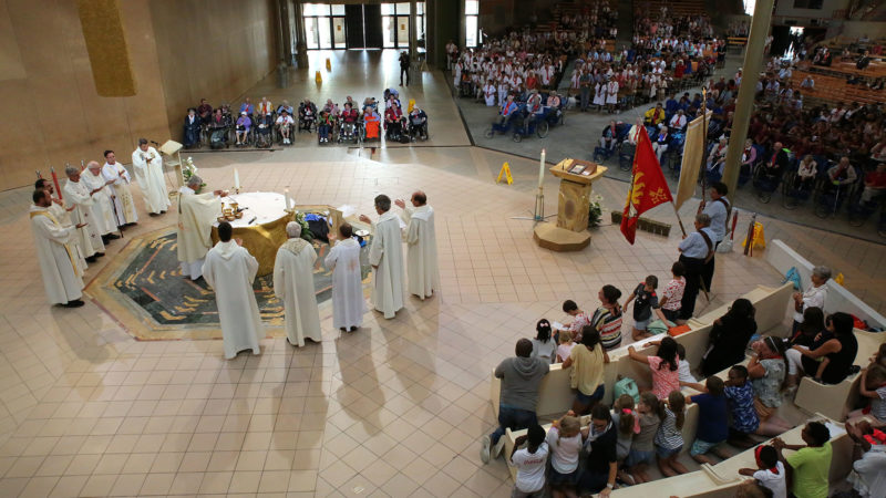 Die Westschweizer feiern eine Eröffnungsmesse in der Kirche Sankt Bernadette in Lourdes. | © Bernard Hallet