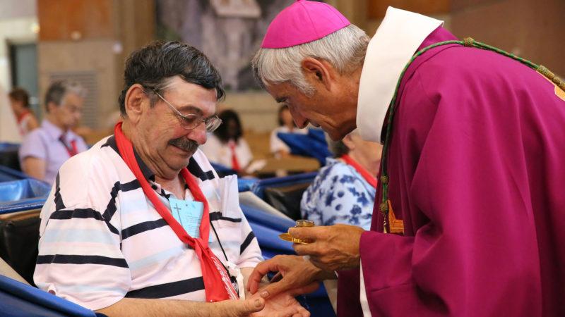 Bischof Jean-Marie Lovey salbt einen kranken Pilger in Lourdes. | © Bernard Hallet