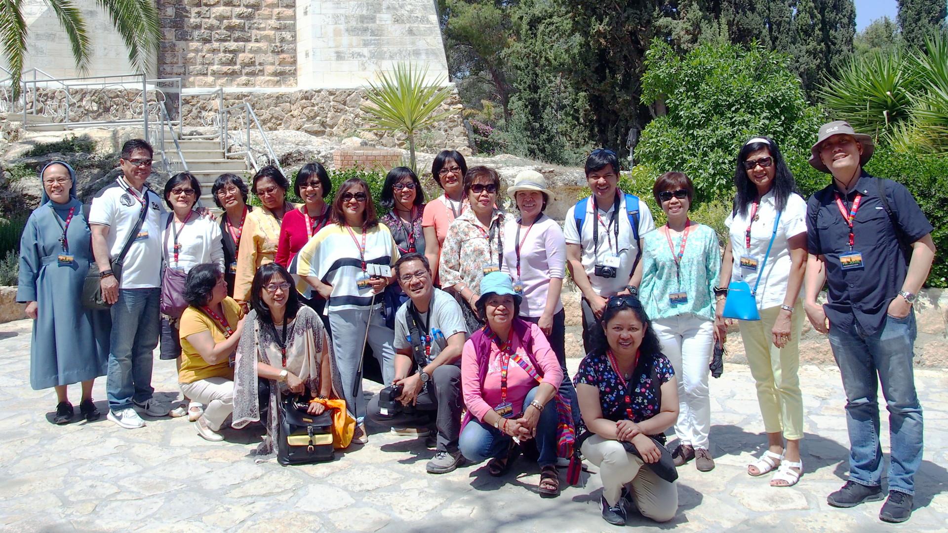 Schwester Merlyn Arsolon begleitet eine Pilgergruppe | © zVg