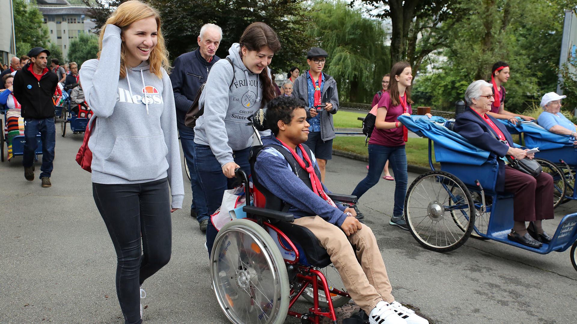 Westschweizer Jugendliche engagieren sich als freiwillige Helfer bei der Lourdes-Wallfahrt. | © Bernard Hallet