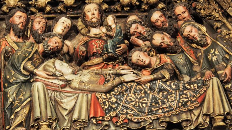 Maria auf dem Sterbebett am Portal der Kirche Santa Maria de los Reyes in Laguardia | © KNA