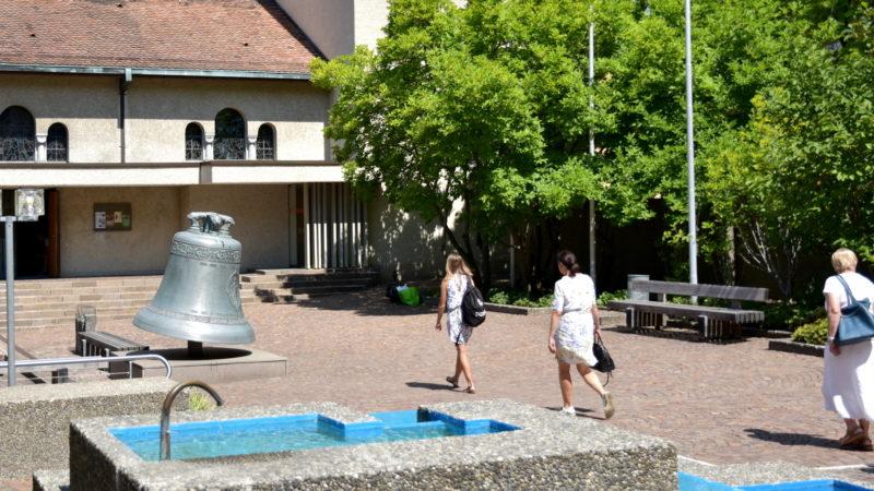Hof der Pfarrei Herz-Jesu in Zürich-Wiedikon, kurz vor dem Gottesdienst der Polenmission | © Barbara Ludwig