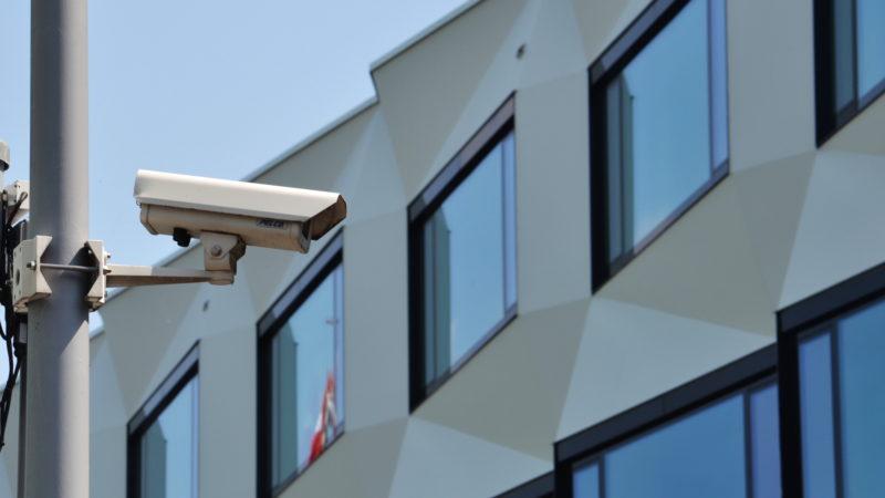 Unter Beobachtung. Videokamera vor der Universität Luzern | © Sylvia Stam