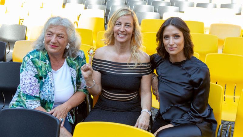 Barbara Miller (Mitte) mit den Produzentinnen Ellen Ringier (l) und Melanie Winiger auf der Piazza Grande in Locarno | © Locarno Festival
