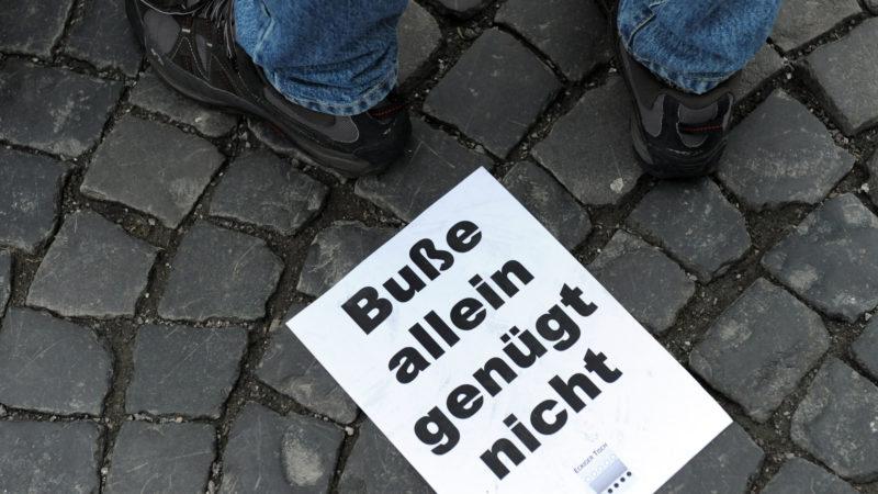 Plakat einer Demo gegen den Umgang der deutschen Bischöfe mit sexuellen Missbräuchen | © KNA