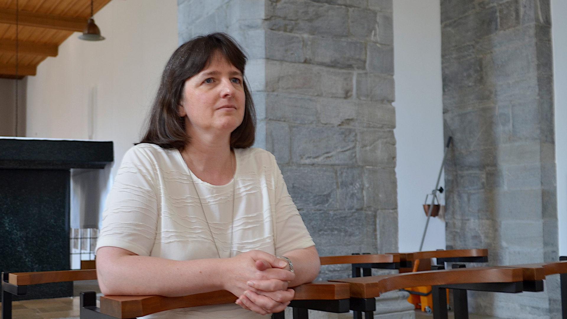Rosmarie Schärer in der Kirche St. Luzi | © Regula Pfeifer