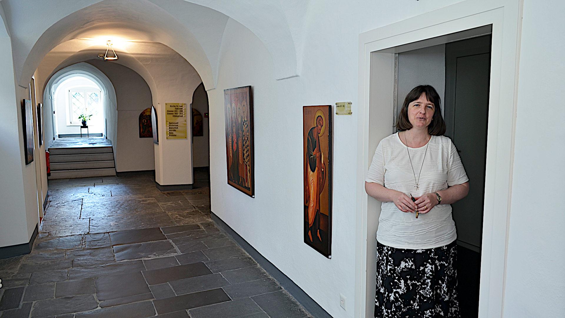 Rosmarie Schärer im Gang vor ihrer Wohnung | © Regula Pfeifer