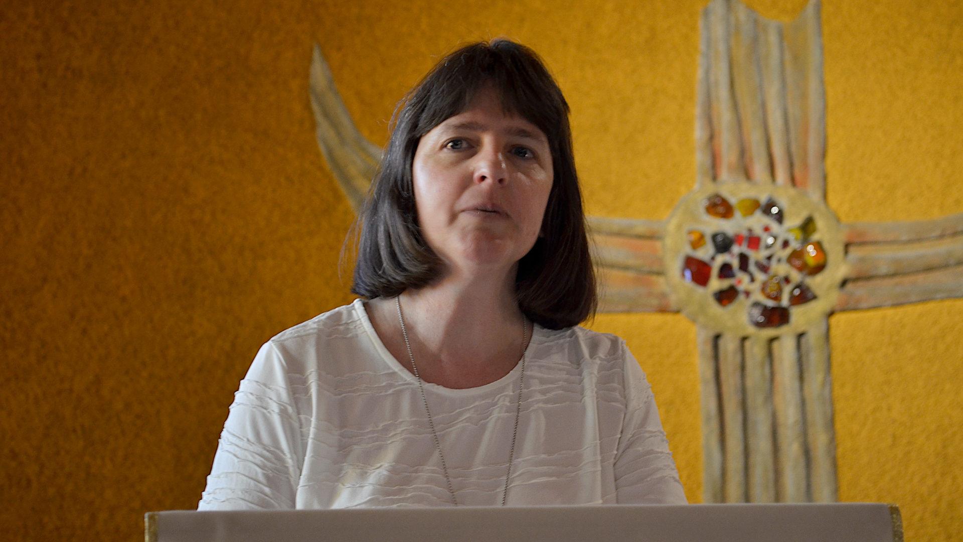 Rosmarie Schärer lektoriert im Seminar-Oratorium | © Regula Pfeifer