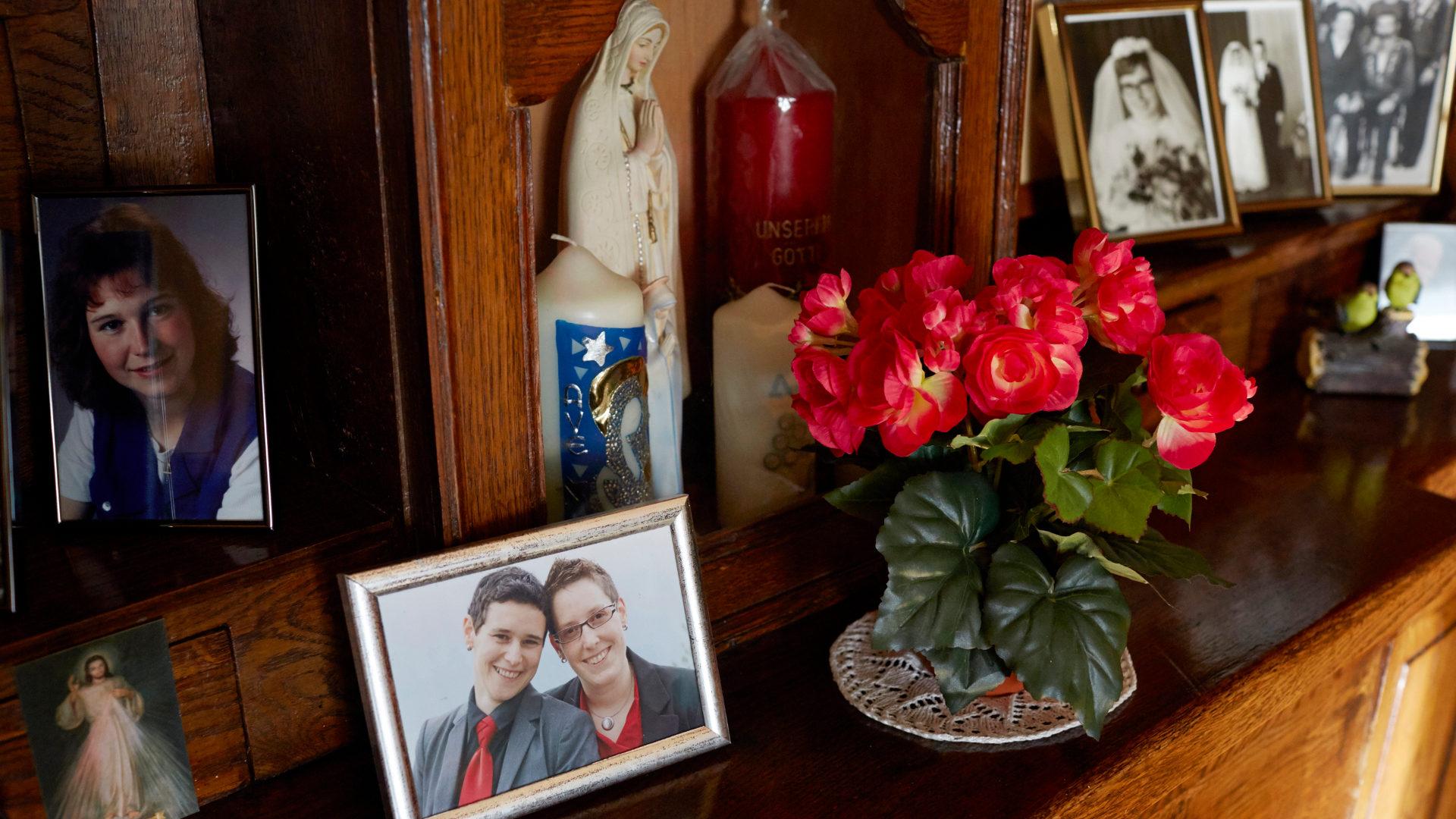 Foto von Elisabeth und Marthi Kempf im Haus von Kempfs Mutter   © Elisabeth Real
