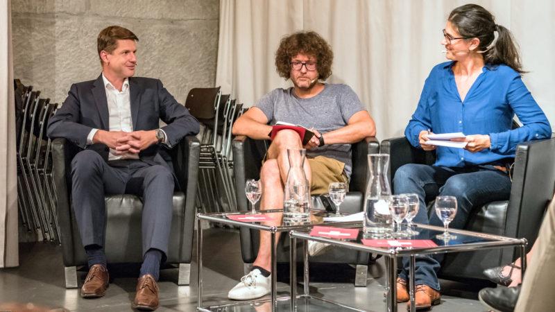 Felix Mundwiler (l.), Michael Raeber, Moderatorin Lisa Stalder @   Susanne Goldschmid / Polit-Forum Bern