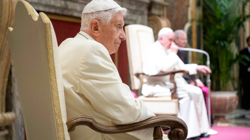 Papst Benedikt am 65. Jahrestag seiner Priestereweihe 2016 | © KNA